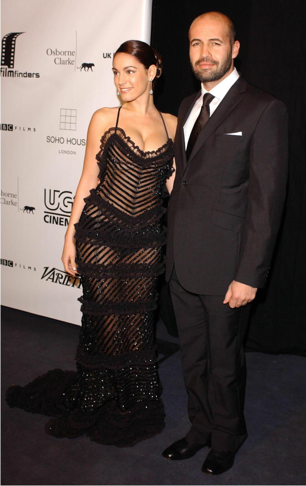 ANNO 2004: Skuespiller Kelly Brook og Billy Zane kastet glans over en filmpremiere i London i 2004 - og skjønnheten stilte i denne dristige kjolen. Foto: NTB Scanpix