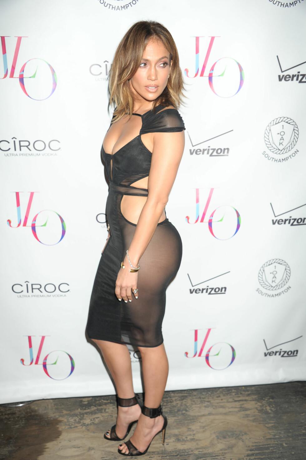 BURSDAGSKJOLE: Jennifer Lopez var ikledd denne svarte kreasjonen da hun feiret sin 45-årsdag i The Hamptons i fjor. Foto: NTB Scanpix