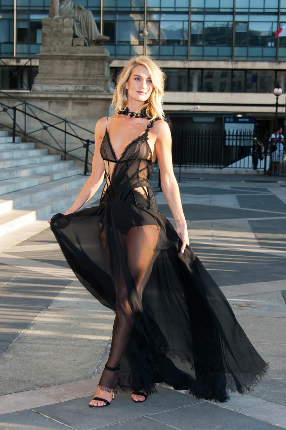 DEN LANGE, SVARTE: Modell Rosie Huntington-Whiteley strålte i denne lekre kreasjonen da hun deltok på et moteevent i Paris i fjor sommer. Foto: NTB Scanpix
