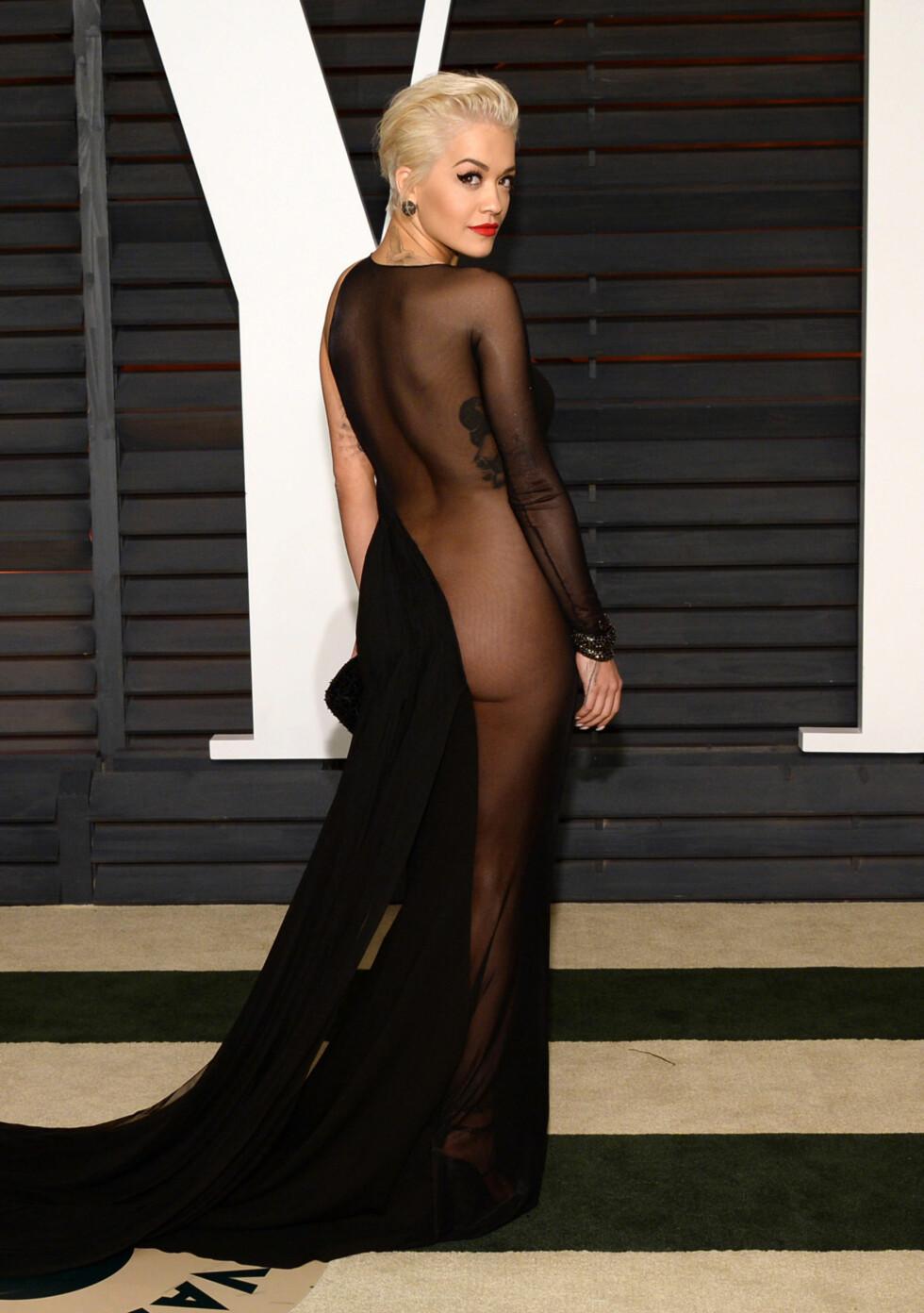 SMEKKER BAKENDE: Artist Rita Ora fotografert under Vanity Fair Oscar Party i fjor. Foto: NTB Scanpix