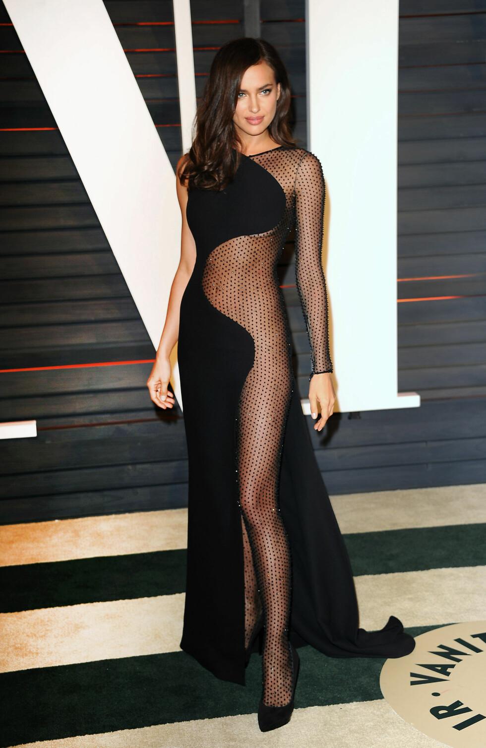 LANGE BEN: Supermodell Irina Shayk på Vanity Fair Oscar Party i fjor. Foto: NTB Scanpix