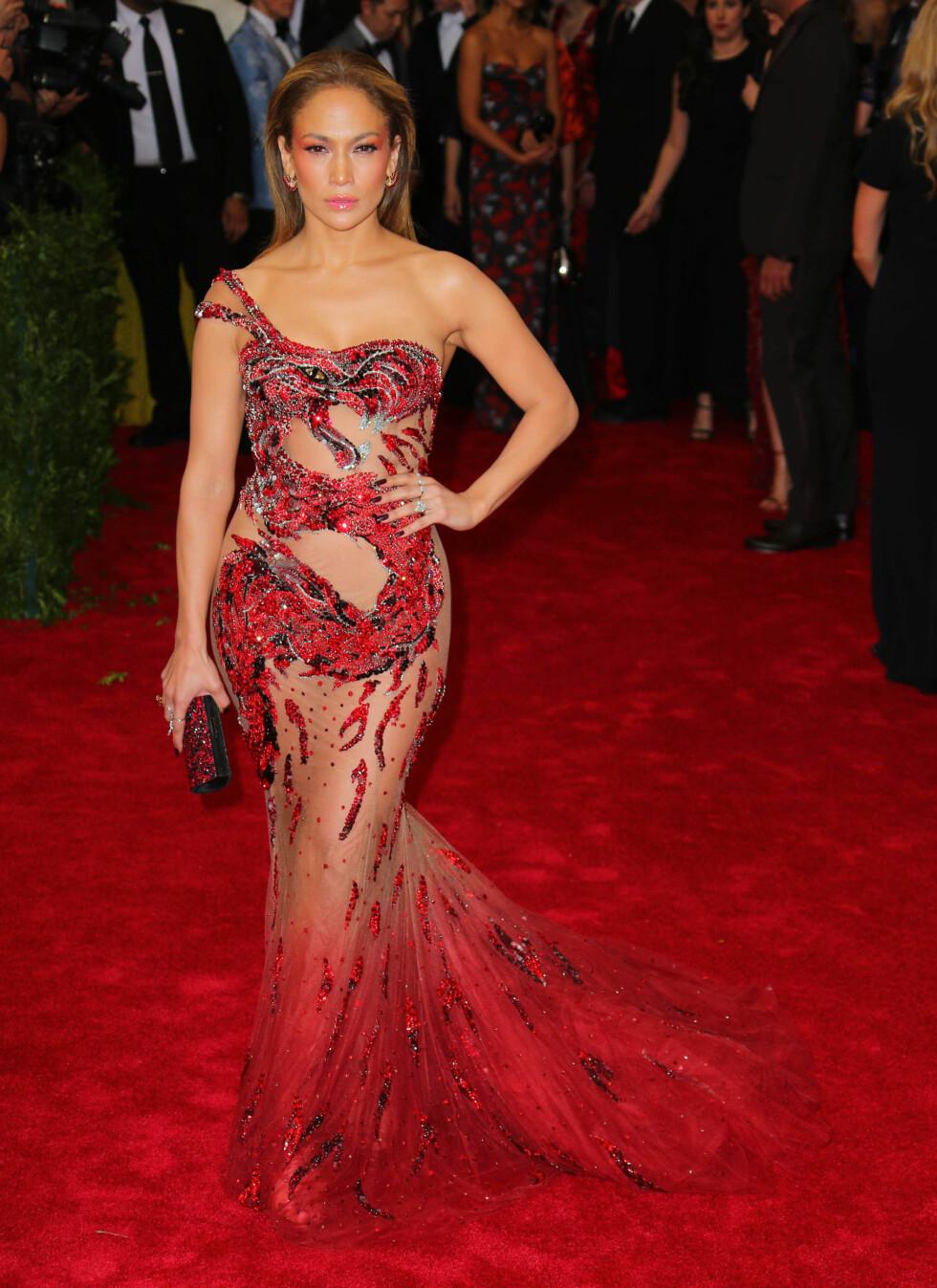 MET GALA: Det ser nærmest ut som Jennifer Lopez kommer opp av den røde løperen i denne kreasjonen. Her fra The Met Gala i 2015. Foto: NTB Scanpix