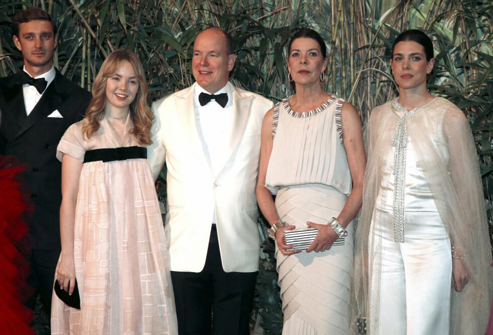 FIN FAMILIE: Fra venstre Pierre Casiraghi, prinsesse Alexandra, fyrst Albert, prinsesse Caroline og Charlotte Casiraghi. Mor og døtre gikk for Chanel. Foto: NTB Scanpix