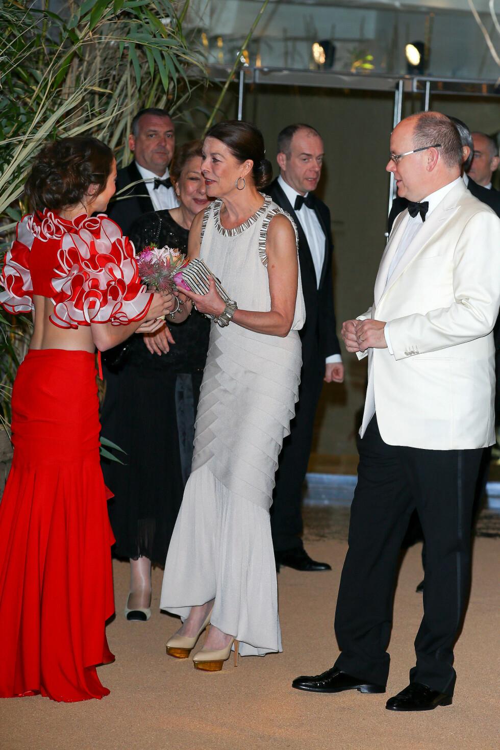 KUBANSKE RYTMER: Tema for kvelden var Cuba, og på menyen sto blant annet eksotiske rytmer. Her hilser prinsesse Caroline og fyrst Albert på en av danserne som sto for underholdningen. Foto: NTB Scanpix