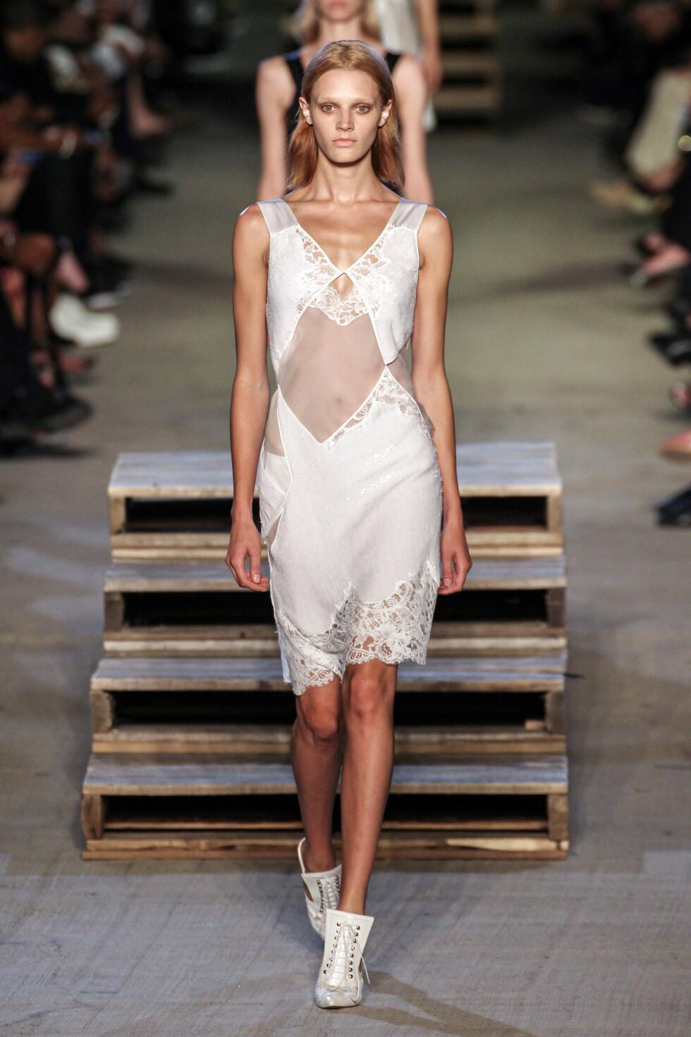 Silke og nattkjoler hos Givenchy Foto: Scanpix