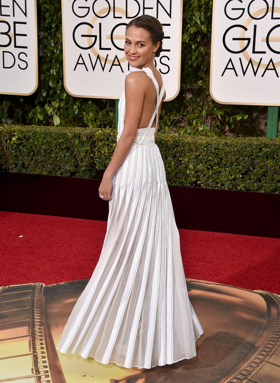 <strong>ALICIA VIKANDER:</strong> Dette er en av de vakreste lookene Alicia har hatt hittil. Så enkelt - så vakkert. Her under Golden Globe Awards 10. januar. Foto: NTB Scanpix