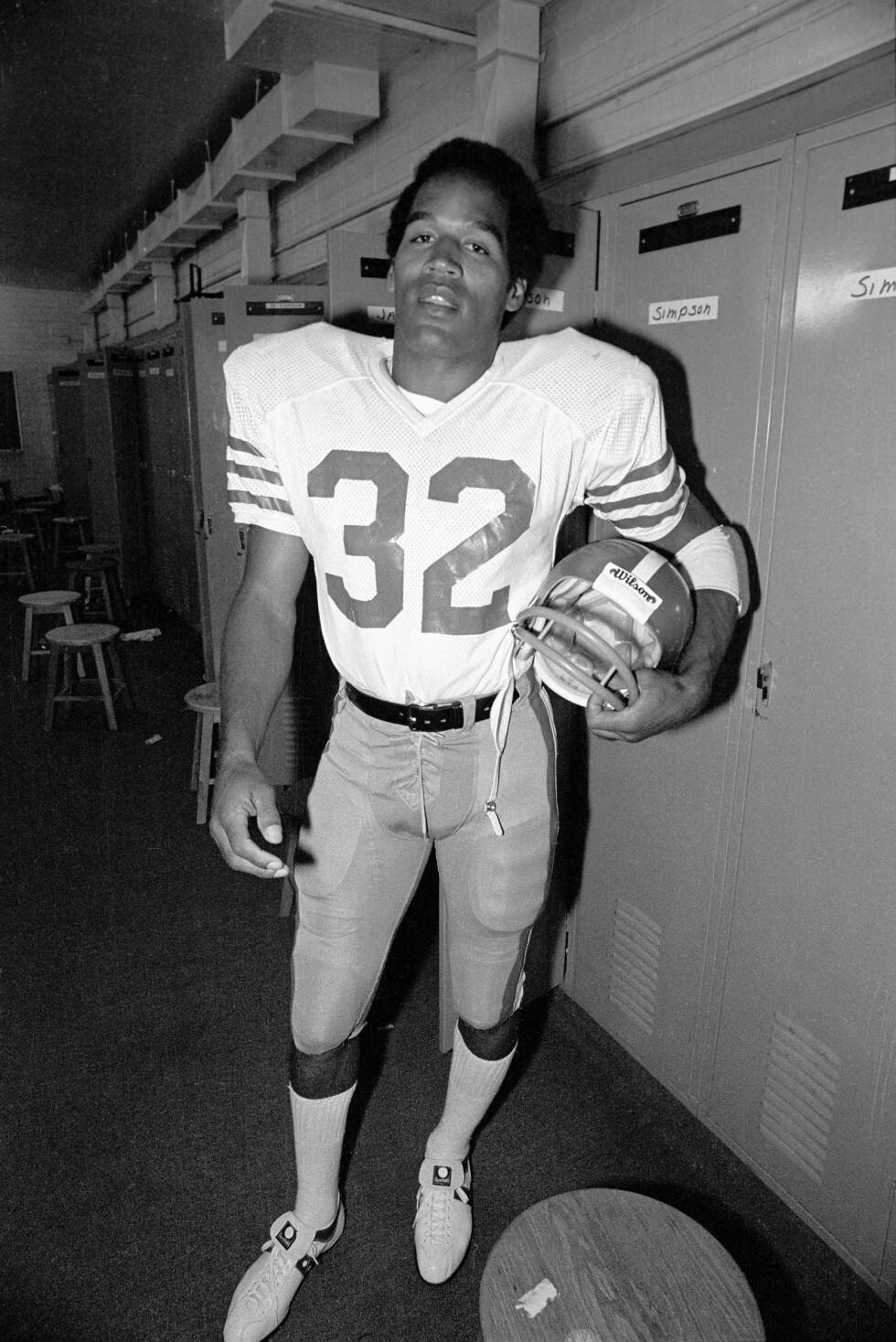 DEN GANG DA: O.J. Simpson gjorde seg bemerket på 70-tallet som en dyktig spiller i amerikansk fotball. Her poserer han etter endt kamp i 1978. Foto: NTB Scanpix