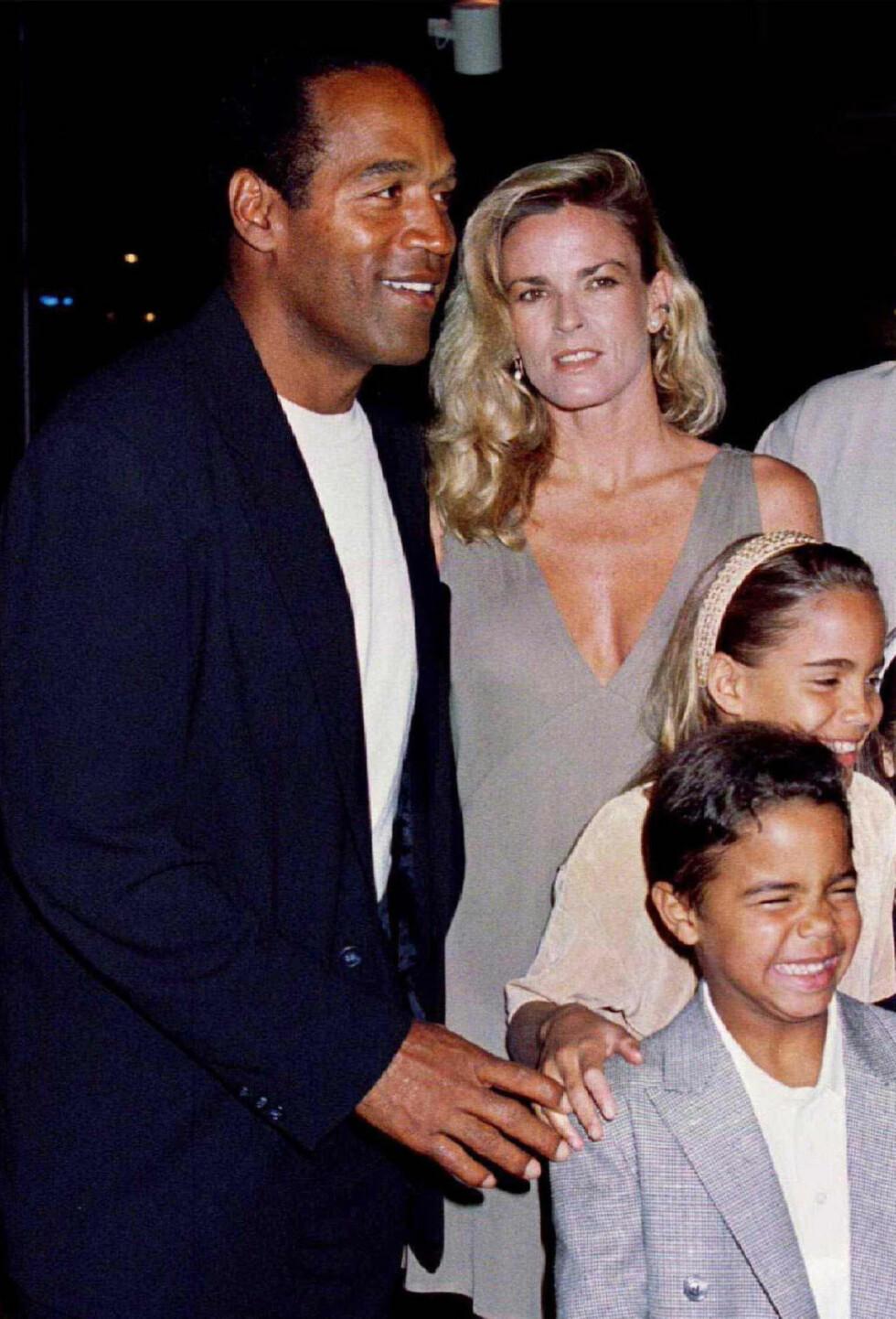 IDYLL: O.J. Simpson med ekskona Nicole Simpson og deres to barn Sydney Brooke (da 9) og Justin (da 6) under en filmpremiere i mars 1994. To år tidligere hadde de to tatt ut skillsmisse. Foto: NTB Scanpix