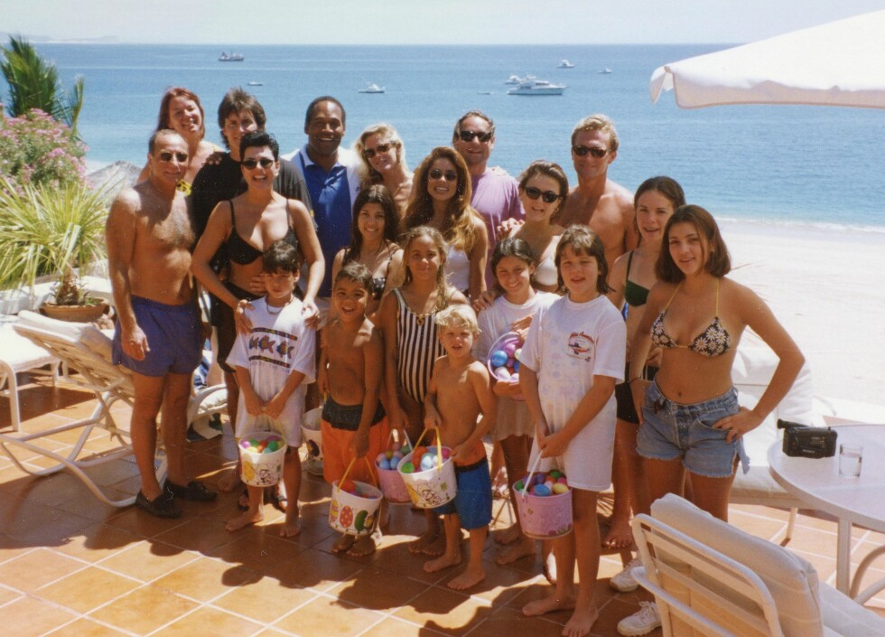 NÆRE VENNER: Kardashian-familien fotografert på ferie i Cabo San Lucas i Mexico med Simpson-familien kort tid før hun ble drept. På dette bildet er Kim Kardashian 13 år, Kourtney er 15 år og  Khloe er 10 år. Også på bildet er Nicoles søster Dominque Brown og Simpson-barna Justin (5) og Sydney (8) Også Kris Jenner og hennes daværende ektemann Bruce Jenner - som nå heter Caitlyn Jenner og lever som kvinne - er på bildet. Også venninne Faye Resnick var med på turen. Tre måneder etter dette bildet ble tatt ble Nicole Brown og Ronald Goldman drept. Foto: NTB Scanpix