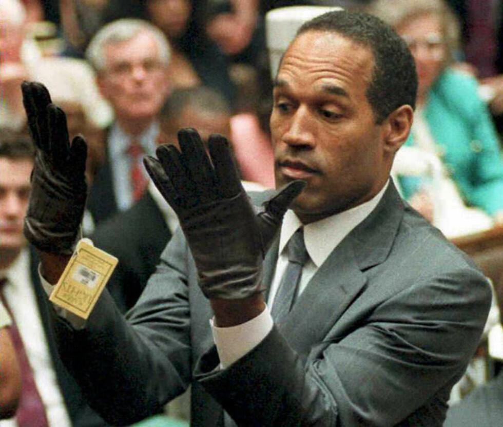 FOR SMÅ: O.J. Simpson måtte jekke på seg hanskene som var lik de samme som ble funnet på åstedet 15. juni 1994 - tre dager etter mordene fant sted. Foto: NTB Scanpix