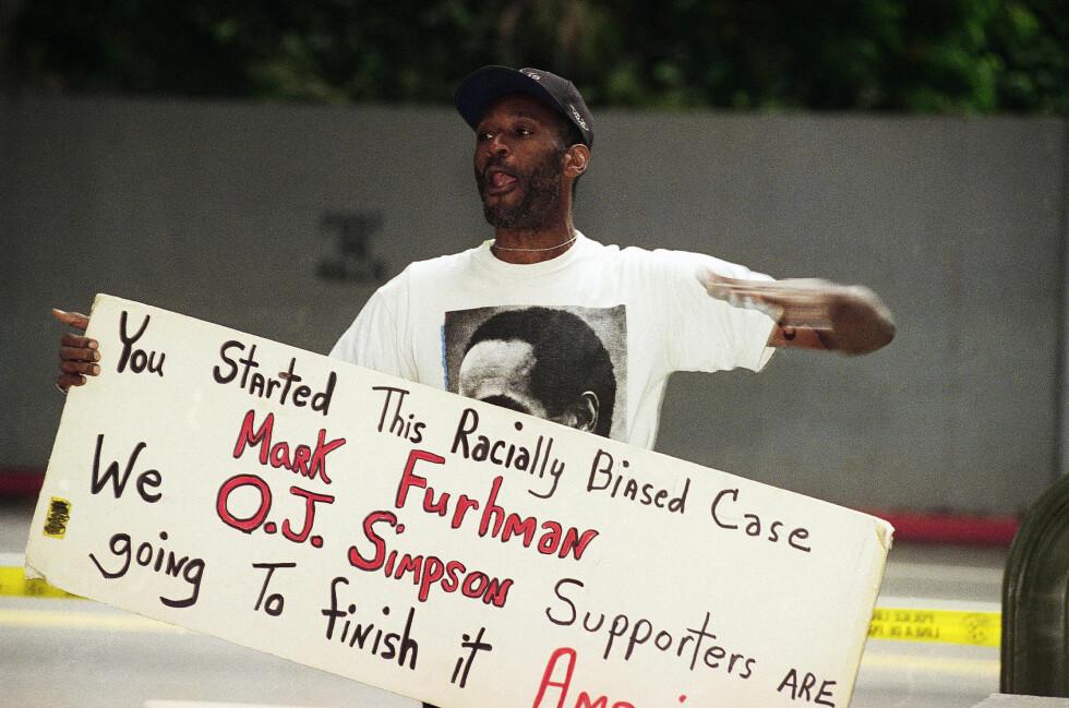 RASISTISKE HOLDNINGER: Flere bemerket seg at LAPD-politimennene hadde rasistiske holdinger mot O.J. Simpson. Los Angeles-mannen Morris Griffin var blant dem som protesterte mot Mark Fuhrman da han i 1996 ble idømt tre års prøvetid og til å betale en bot på $200 fordi det ble bevist at han hadde løyet i rettssaken - hvor han hevdet sin uskyld hva gjaldt hans rasistiske holdninger. Foto: NTB Scanpix