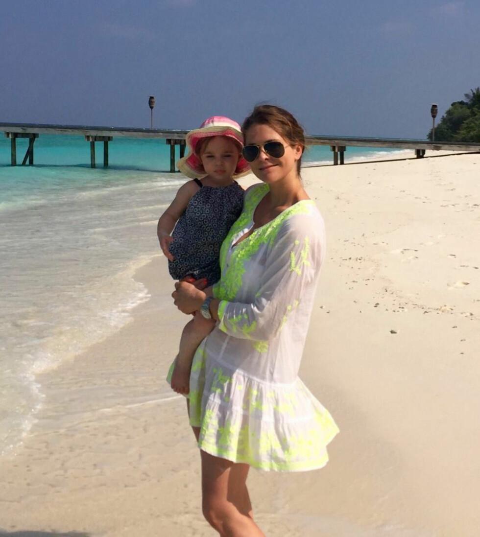 PRINSESSER: En stolt mor med datteren prinsesse Leonore på stranden på Maldivene. Dette bildet la prinsessen ut på sin offisielle Facebook-side onsdag denne uken. Foto: Skjermdump PrincessMadeleineOfSweden