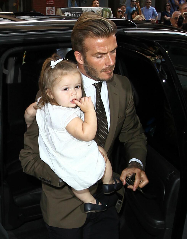 DAVID BECKHAM: Den tidligere fotballspilleren elsker å bære rundt på sin søte datter. Dette bildet er tatt i 2012. Foto: NTB Scanpix