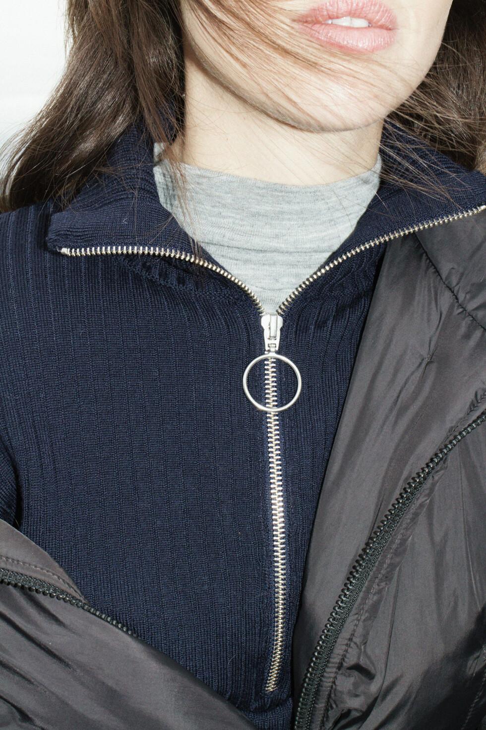 Blå genser fra Totême, kr 960.  Foto: Jakob Landvik