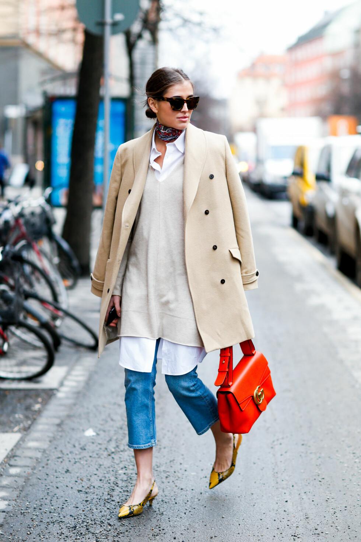 Få et elegant jobbantrekk med en lang skjorte, lyse toner og sjal i halsen.  Foto: Marie-Paola Bertrand