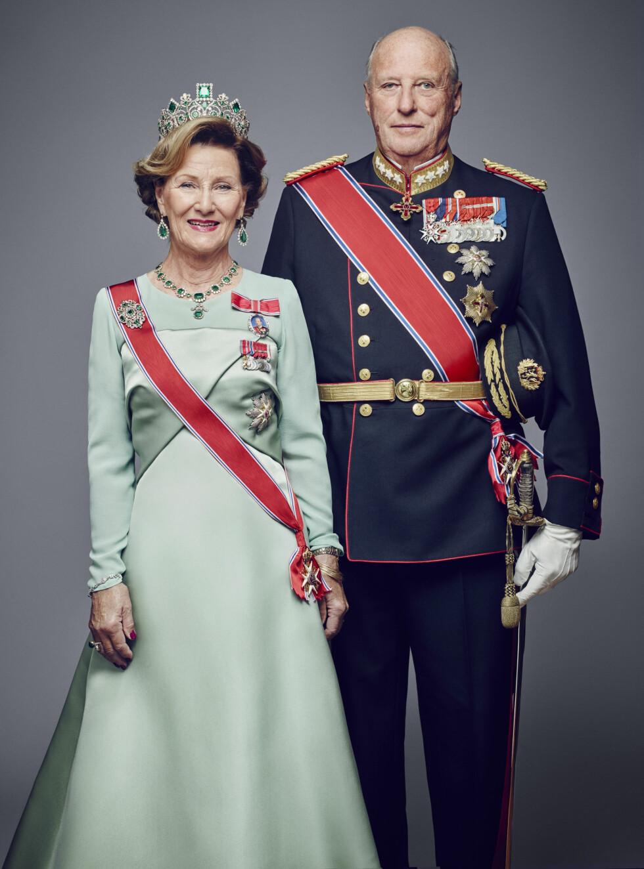 25 ÅR PÅ TRONEN: Dronning Sonja (78) og kong Harald (78) i galla. Bildet er et av flere offisielle bilder utgitt i forbindelse med kongeparets 25-årsjubileum.  Foto: Det kongelige hoff Jørgen Gomnæs / NTB scanpix