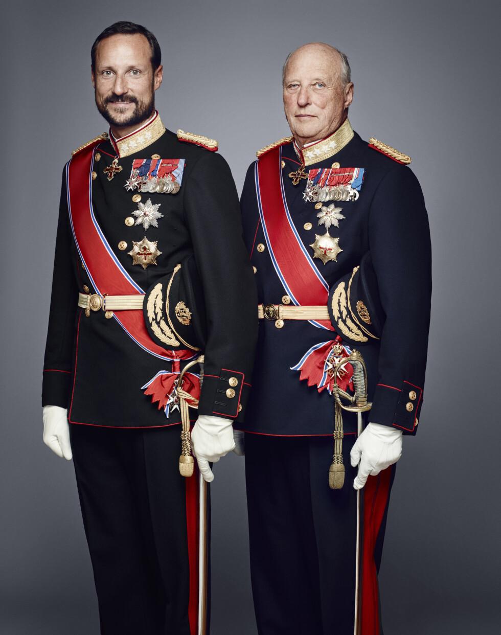 TO FLOTTE HERRER: Kronprins Haakon og kong Harald i galla.  Foto: Det kongelige hoff Jørgen Gomnæs / NTB scanpix