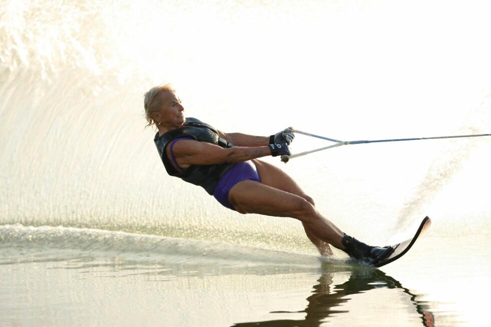 FRANCES WOODENDEN (92): Kanadisk-amerikansk. Aktiv i vannskisport, og har vunnet mer enn 100 mesterskap. Flere ganger verdensmester i sin klasse. Startet karrieren da hun flyttet til Florida som 50-åring. På dette bildet er hun 83 år og med i en reklamefilm for V8s grønnsaksjuice. Foto: Business Wire