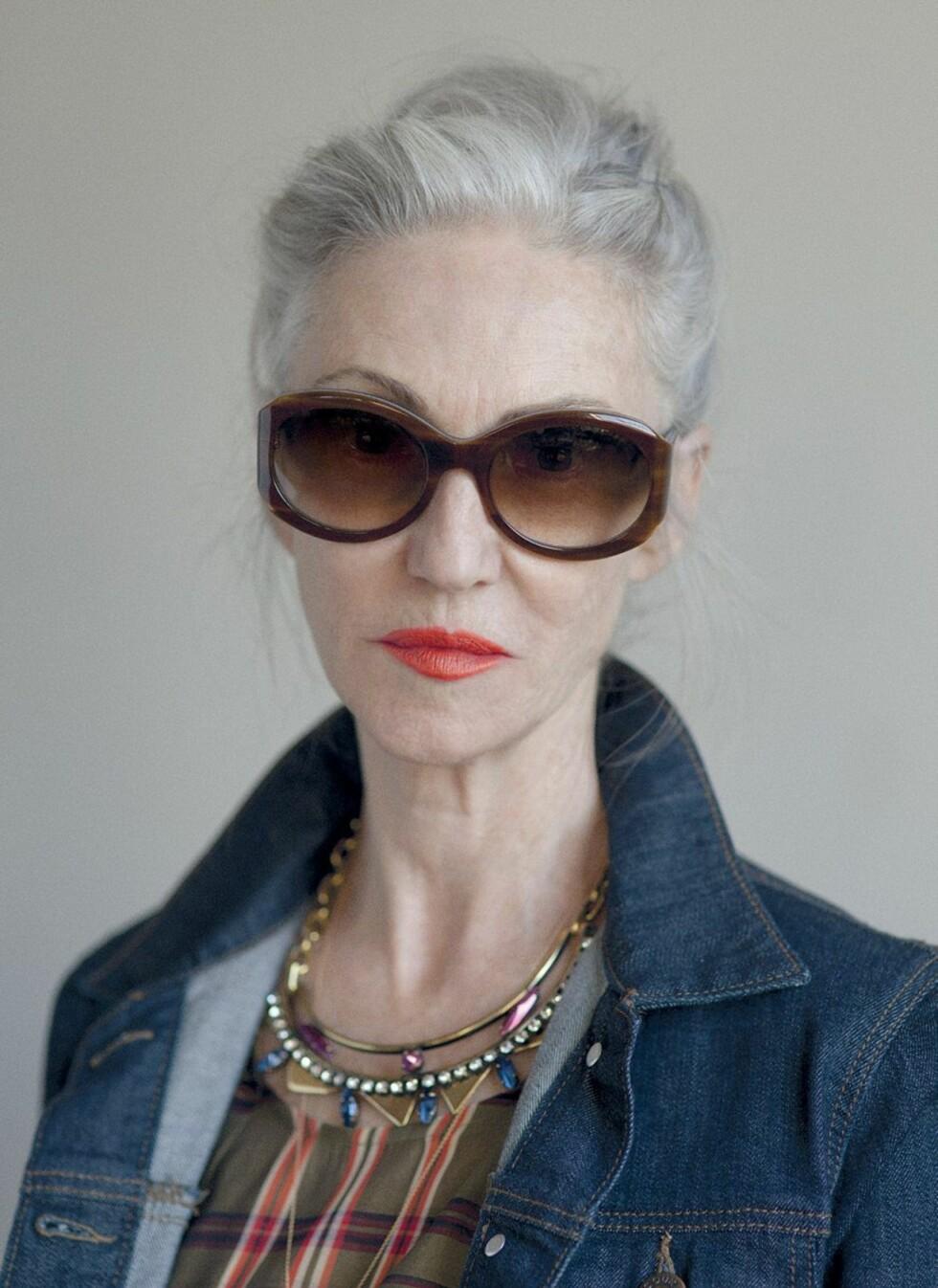 LINDA RODIN (68): Motestylist, modell og hudpleieguru. Olsen-tvillingene valgte Linda som modell for sin motekampanje i 2014. Hun startet modellkarrieren på 60-tallet. Kjent for oversized-solbriller, sølvgrått hår og knallrød leppestift. Sitt eget råd til seg selv som 15-åring: - Du er mer interessant enn du tror! Omfavn deg selv. Foto: Faksimile Grey Magazine