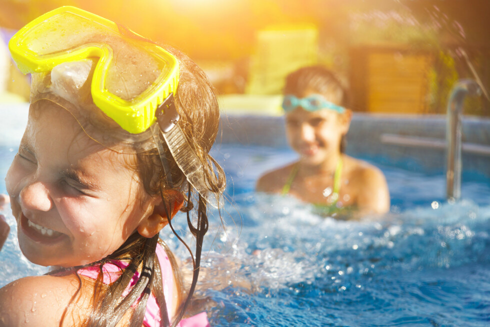 IDYLL: Det er viktig å holde et ekstra øye på barna når de er i vannet. Man vet aldri når en uheldig hendelse skulle inntreffe. Foto: NTB Scanpix