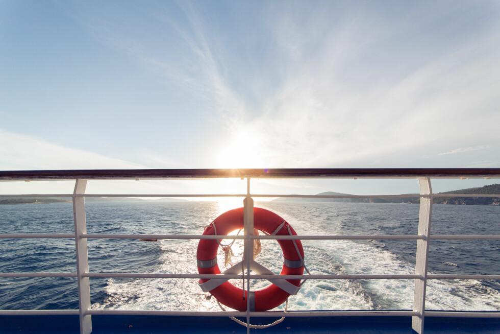 BADING FRA BÅT: - Skal du bade fra båt, bør noen om bord holde oppsyn og stå klar til å kaste ut redningsutstyr dersom det skulle oppstå problemer, forklarer eksperten til KK.no. Foto: NTB Scanpix