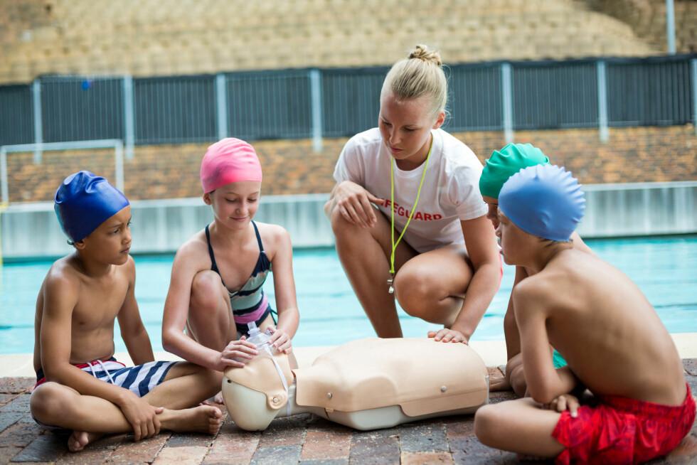 LIVREDDING: Start tidlig med å lære barna om livredding og hva de burde gjøre dersom de skulle oppleve en ulykke i forbindelse med vannaktiviteter. Foto: NTB Scanpix