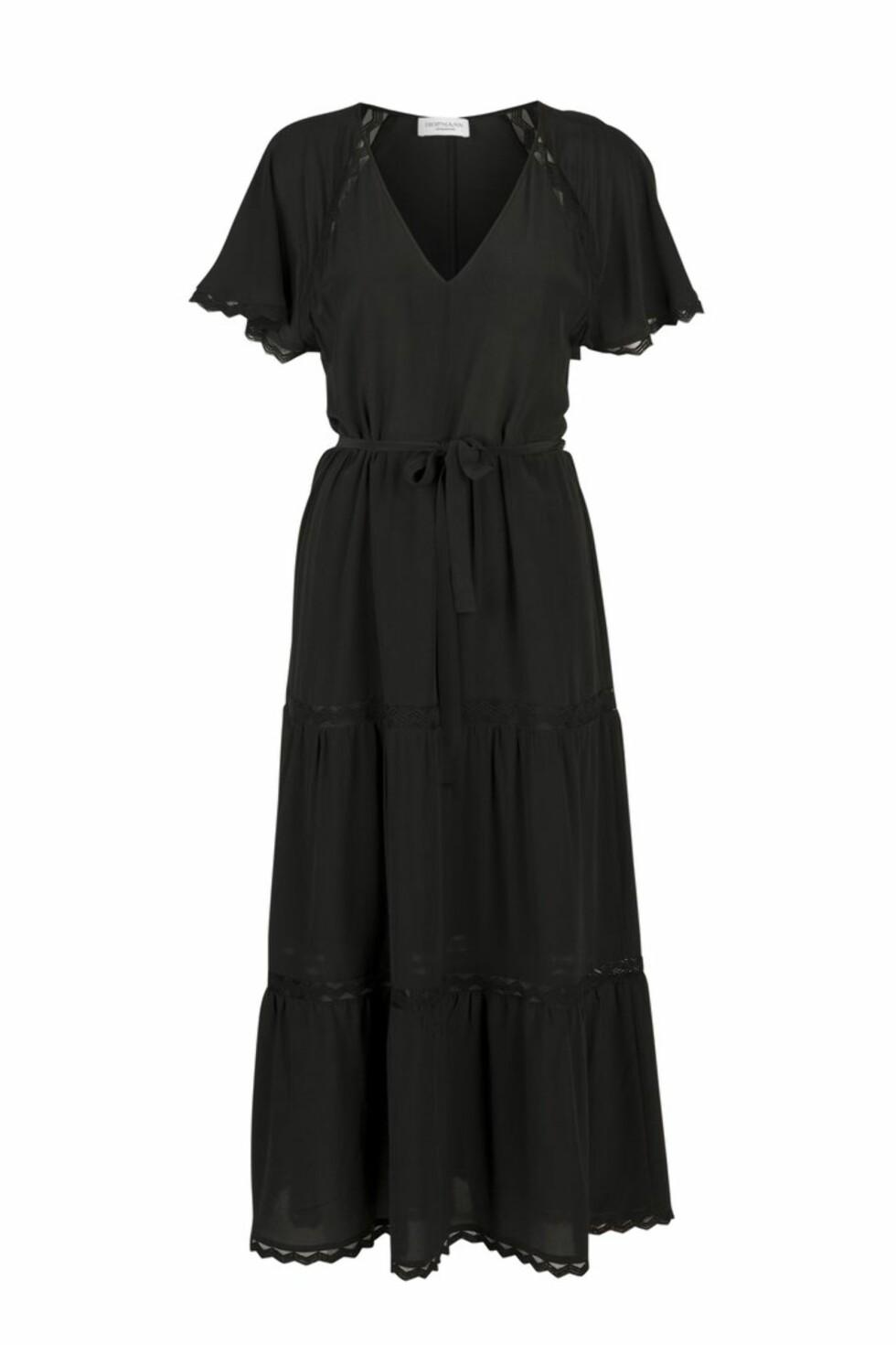 <strong>Kjole fra Hofmann Copenhagen | kr 2699 | https:</strong>//hofmanncopenhagen.com/collections/new-arrivals-1/products/athene-silk-dress-wine