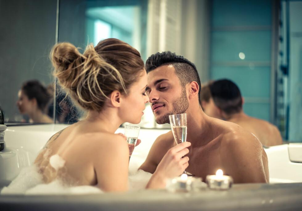 <strong>BOBLEBAD:</strong> Et varmt bad med din kjære kan være deilig og romantisk, men husk at vann kan gjøre skjeden tørr. Foto: NTB scanpix