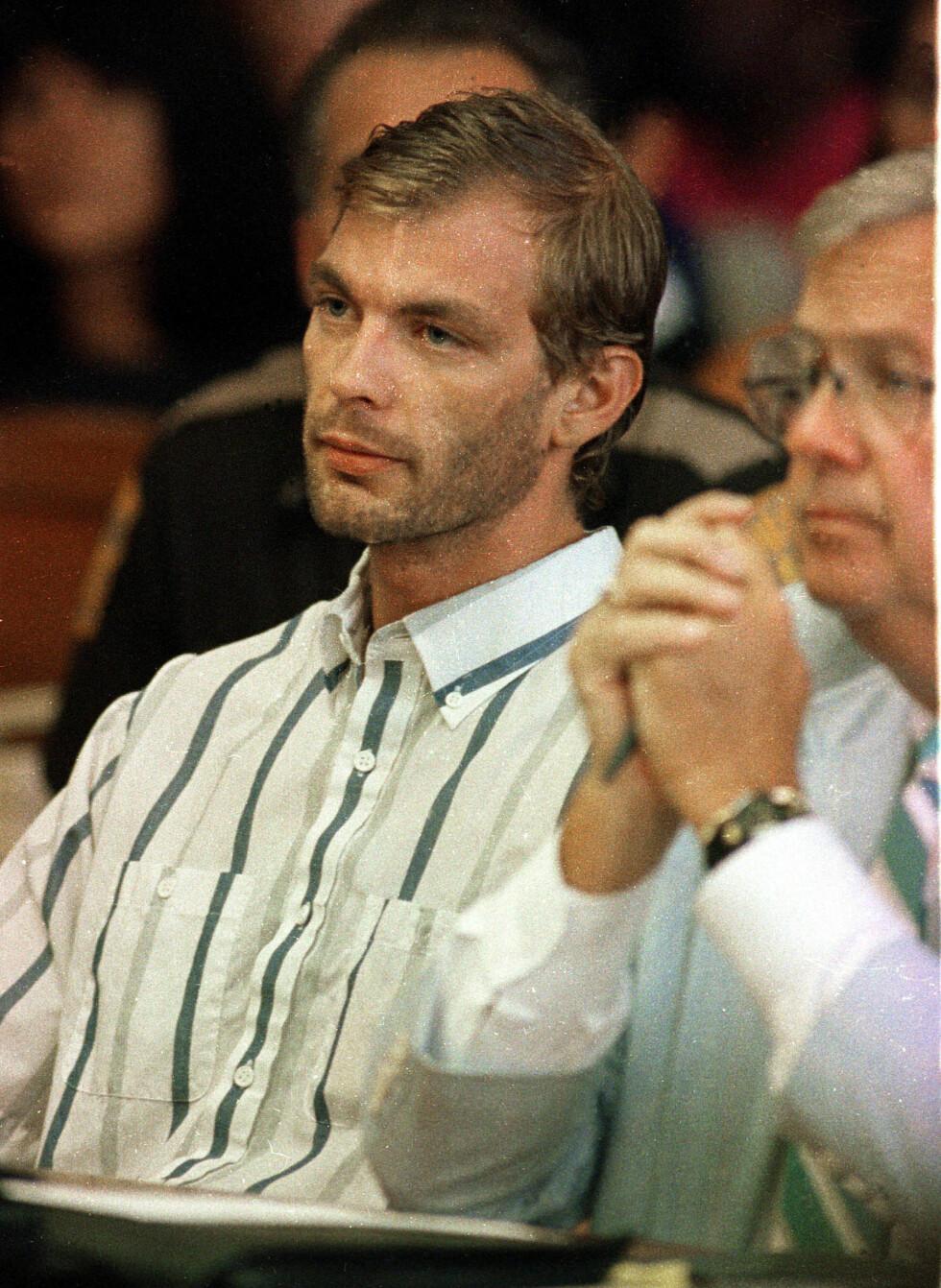 <strong>I RETTEN:</strong> Jeffrey Dahmer side om side med sin advokat Gerald Boyle tre dager etter at han ble avslørt. Skjorten han har på seg skal visstnok ha tilhørt et av ofrene. Foto: NTB Scanpix