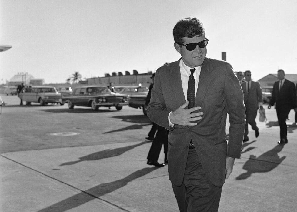 DAMEMAGNET: President John F. Kennedy var en populær mann. Han ble offisielt USAs 35. president i januar 1961, og satt inntil sin død den 22. november 1963.  Foto: NTB Scanpix