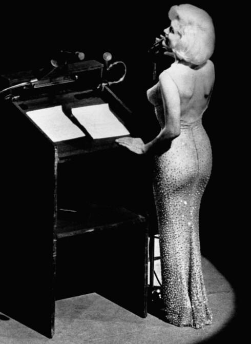 SANG FOR PRESIDENTEN: I forbindelse med presidentens 45-årsfeiring i Madison Square Garden i New York i mai 1962 ble Marilyn Monroe hyret inn for å synge bursdagssangen til presidenten. Og den ikoniske opptredenen er blitt udødeliggjort på bakgrunn av sangerinnens sensuelle måte å fremlegge hyllesten på. Foto: All Over Press