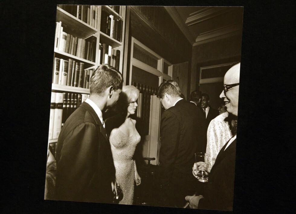 IKONISK: Dette bildet ble tatt av Det hvite hus-fotograf Cecil Stoughton etter at Marilyn Monroe hadde sunget bursdagssangen for John F. Kennedy (med ryggen til) i mai 1962. Til venstre er Robert Kennedy. Foto: Cecil Stoughton // NTB Scanpix