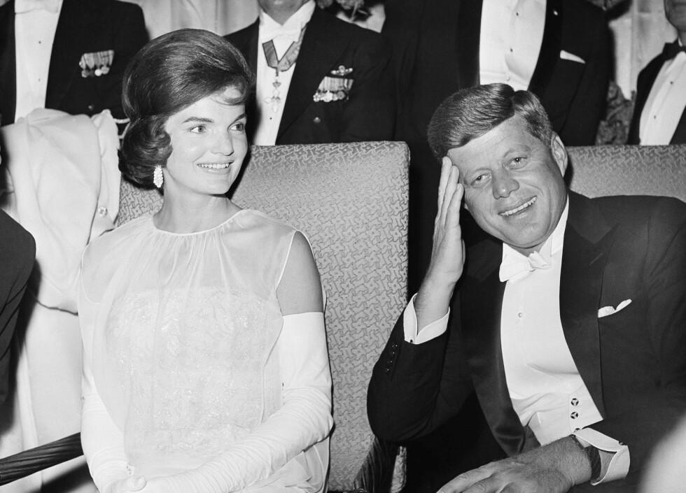 JACKIE VISSTE: Det var ikke bare Marilyn Monroe president John F. Kennedy skal ha hatt en affære med, og ifølge eksperter visste Jackie Kennedy om ektemannens eskapader. Dette bildet er tatt under én av fem innvielsesball i Washington i januar 1961. Foto: NTB Scanpix