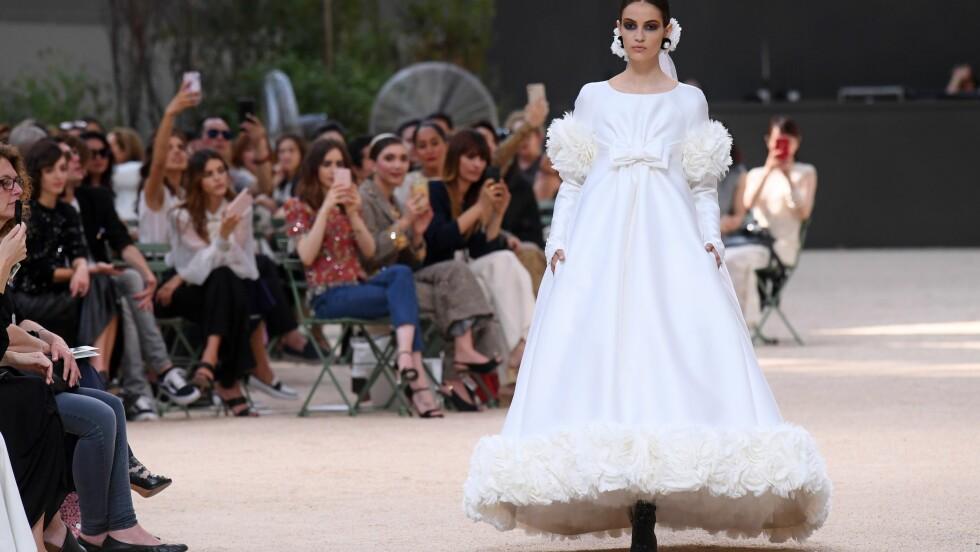 HAUTE COUTURE: Designerne brukte 1140 timer på denne kreasjonen fra Chanel. Foto: Shutterstock