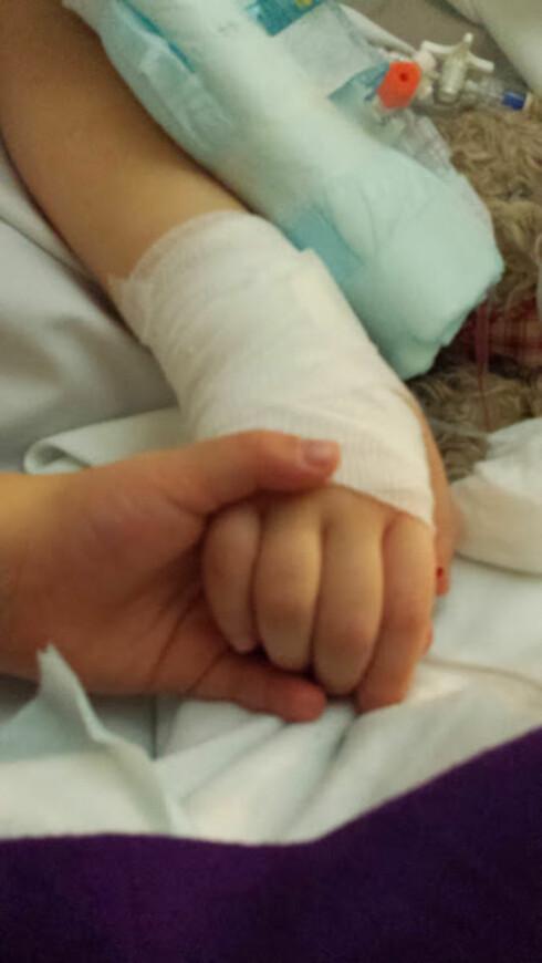 <strong>SØSTRE:</strong> I starten av 2014 ble begge jentene rammet av en lungeinflammasjon. Nova ble holdt i live av respiratoren, men 25. februar fikk hun slippe, mens tvillingsøster Saga holdt henne i hånden. Foto: Privat