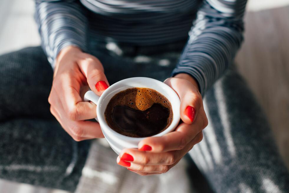 FORSIKTIG MED KOFFEIN: For optimal søvn bør du være forsiktig med kaffeinntaket etter klokken fem på ettermidddagen. Foto: Shutterstock / kikovic
