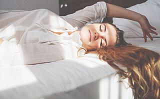 Derfor blir du ofte trøttere av å sove lenge