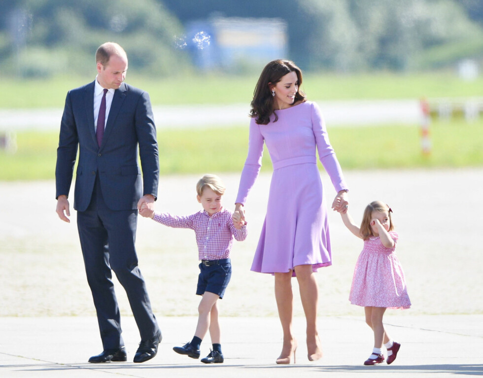 EGEN FAMILIE: Prins William er nå 35 år og godt gift med hertuginne Kate. Sammen har de barna prinsesse Charlotte (2) og prins George (4). Dette bildet ble tatt 21. juli i år da de ankom Tyskland for et offisielt besøk. Foto: NTB Scanpix