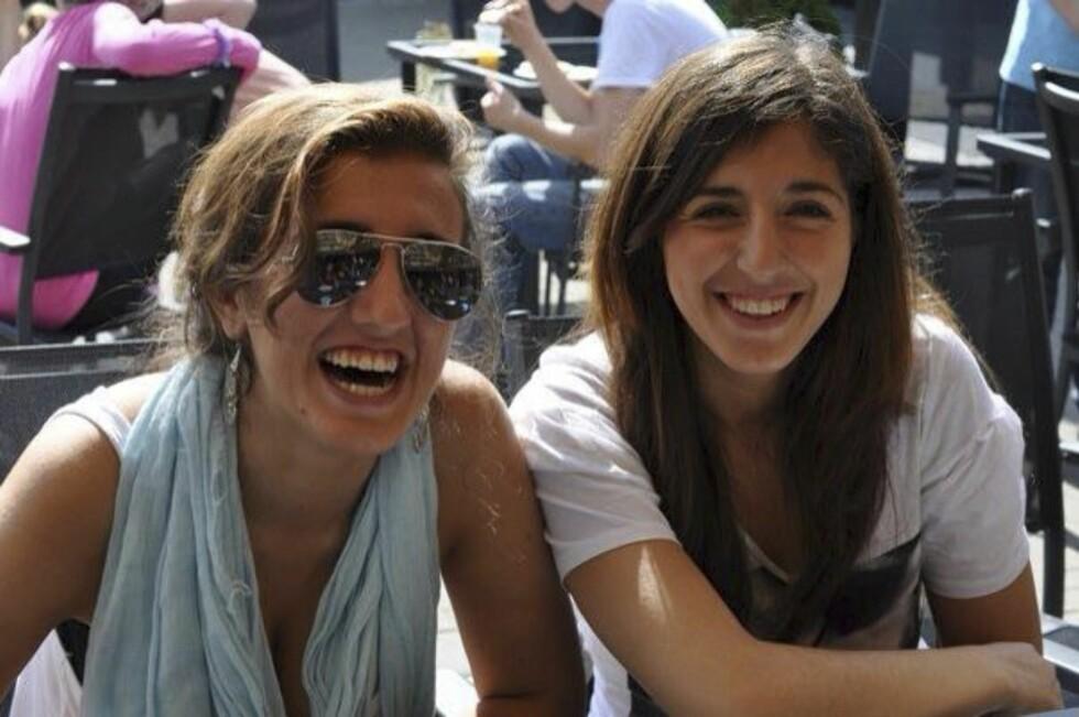 SØSKENKJÆRLIGHET: Bano og Lara, så nære som søstre kunne bli.  Foto: Privat