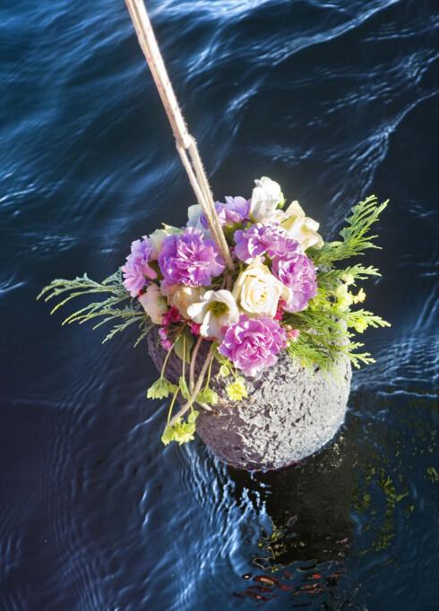 <strong>VERDIG ASKESPREDNING:</strong> Når asken spres på havet senkes urnen i vannet der den først vil flyte en stund, før den til slutt synker ned mot bunnen. Foto: Vestfold Krematorium