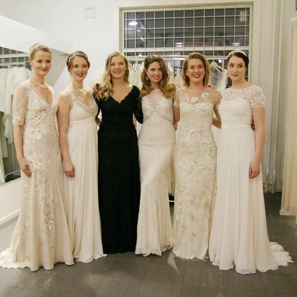 POPULÆRT MED BRUDEPIKER: Marit Kaper (i svart) driver Diin brude- og selskapssalong, og opplever at det er en trend å ha brudepiker. Foto: Privat