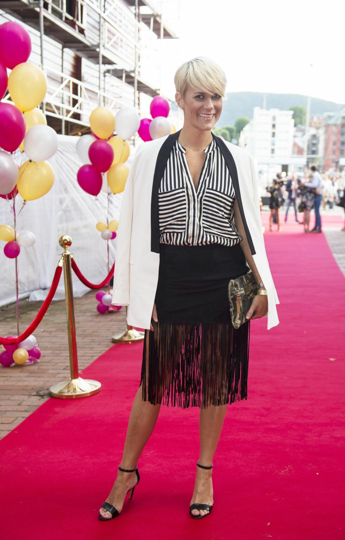 SIGRID BONDE TUSVIK: Dronning Sonja er en fantastisk feminist fanget i et patriarkalsk system. Hun er modig, bryter grenser, tør å vise følelser og er streng på samme tid! Hva hun har stått i bak slottets lukkede dører da hun kom inn dit som kjæresten til Harald, er beundringsverdig! Og som alle sterke kvinner har hun vunnet til slutt! Grattis med dagen. For å sitere Bjarte Hjelmeland: Du er dritgod til å være dronning, sier komiker Sigrid Bonde Tusvik til KK.no. Foto: NTB Scanpix