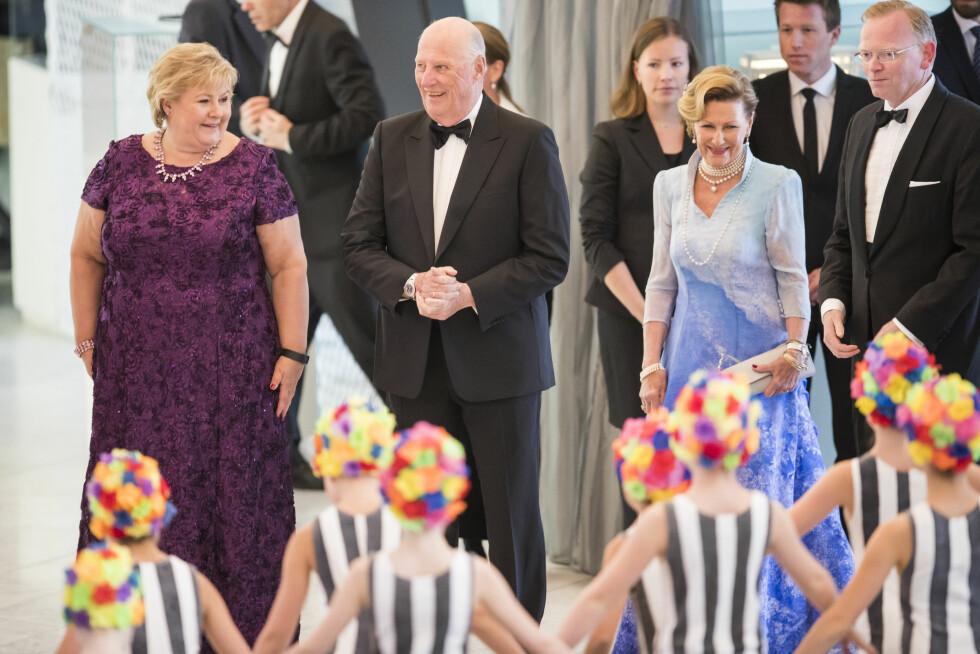 FEIRET DRONNINGEN: Statsminister Erna Solberg og ektemannen Sindre Finnes (t.h.) var selvskrevne gjester da dronning Sonja og kong Harald ble feiret under regjeringens festmiddag for kongeparet i Operaen den 10. mai i år.  Foto: NTB Scanpix
