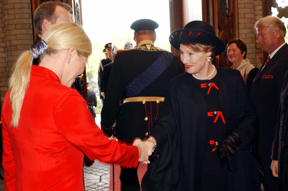 SIV OG SONJA: Frp-politiker (i dag finansminister) Siv Jensen håndhilste på dronning Sonja under åpningen av Stortinget i 2002. Foto: NTB Scanpix