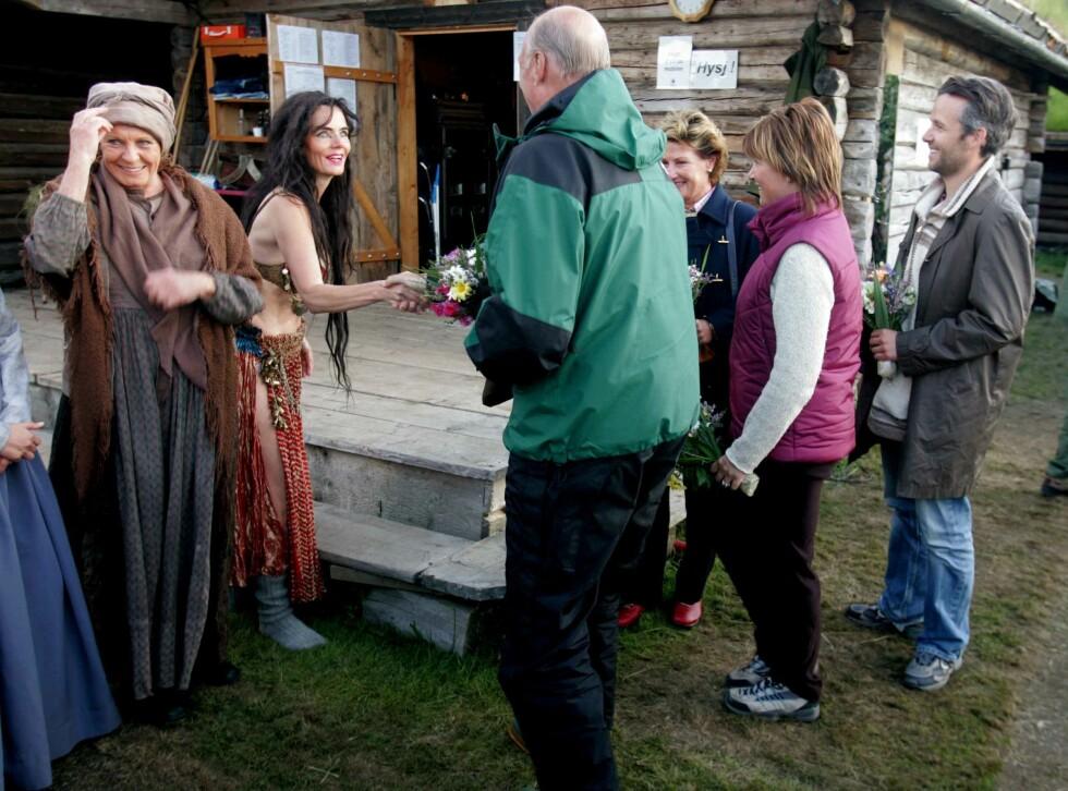 MØTTE KONGEPARET: Skuespiller Mari Maurstad hilste på kongeparet, prinsesse Märtha Louise og Ari Behn under pausen av Peer Gynt-forestillingen på Gålå i 2005. Til venstre er skuespiller Kari Simonsen. Foto: NTB Scanpix