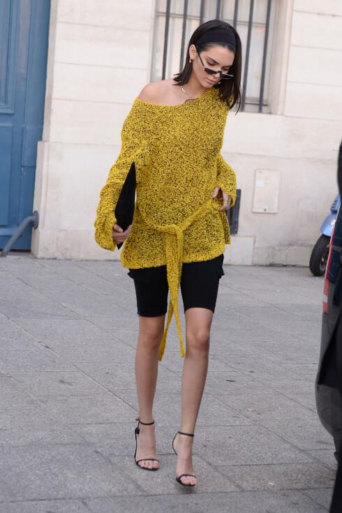 I PARIS: Kendall Jenners antrekk i den franske hovedstaden får motebransjen til å spørre om en ny trend er tilbake. Foto: Splash News