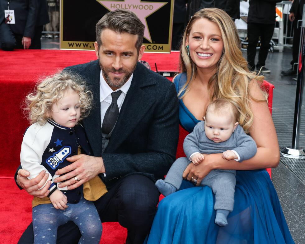 FLOTT FAMILIE: Da Ryan Reynolds mottok stjernen sin på Hollywood Walk Of Fame var hele familien til stede for å vise sin støtte. Ved hans side sitter kona Blake Lively sammen med deres nyfødte datter Ines, og på fanget til Reynolds sitter eldstedatteren James. Foto: Splash News