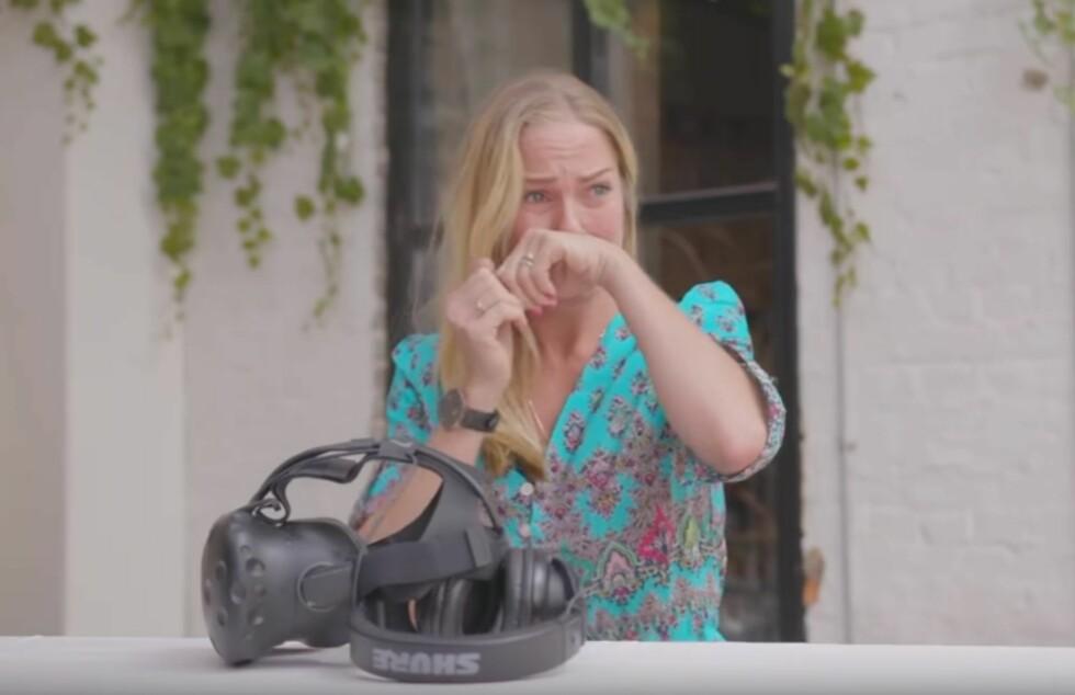 STERK OPPLEVELSE: Artist Venke Knutson tok til tårene, da hun med VR-briller fikk «oppleve» hvordan det kan arte seg for et barn når foreldrene drikker seg fulle på ferie. Foto: Skjermdump Av og til