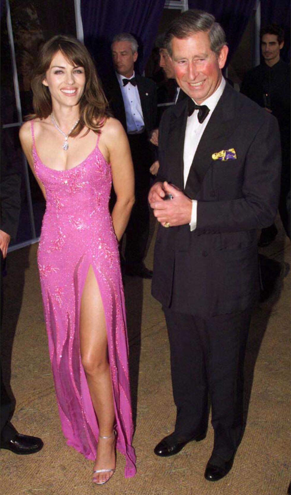 1999: Elizabeth Hurley sammen med prins Charles.  Foto: AP