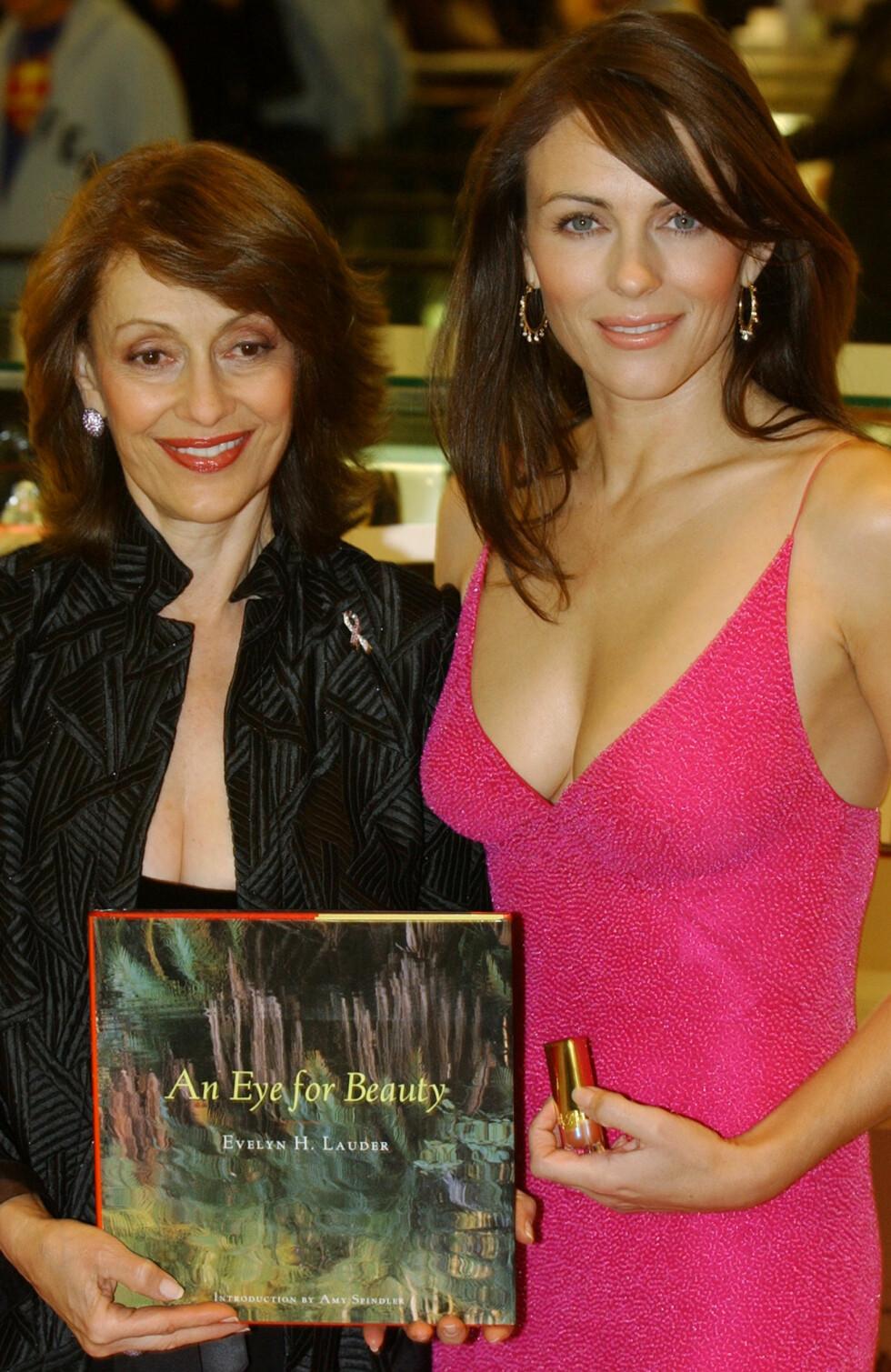 2003: Elizabeth Hurley var Estee Lauders ansikt utad. Her med Evelyn Lauder.  Foto: AP